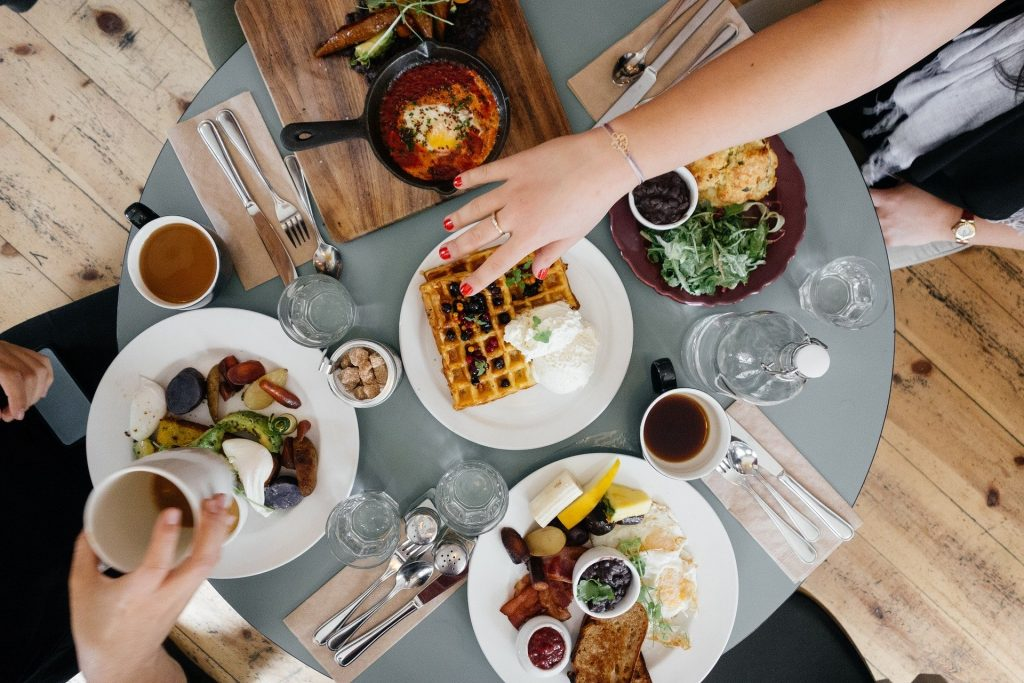 EATING OUT ECO-FRIENDLY TIPS